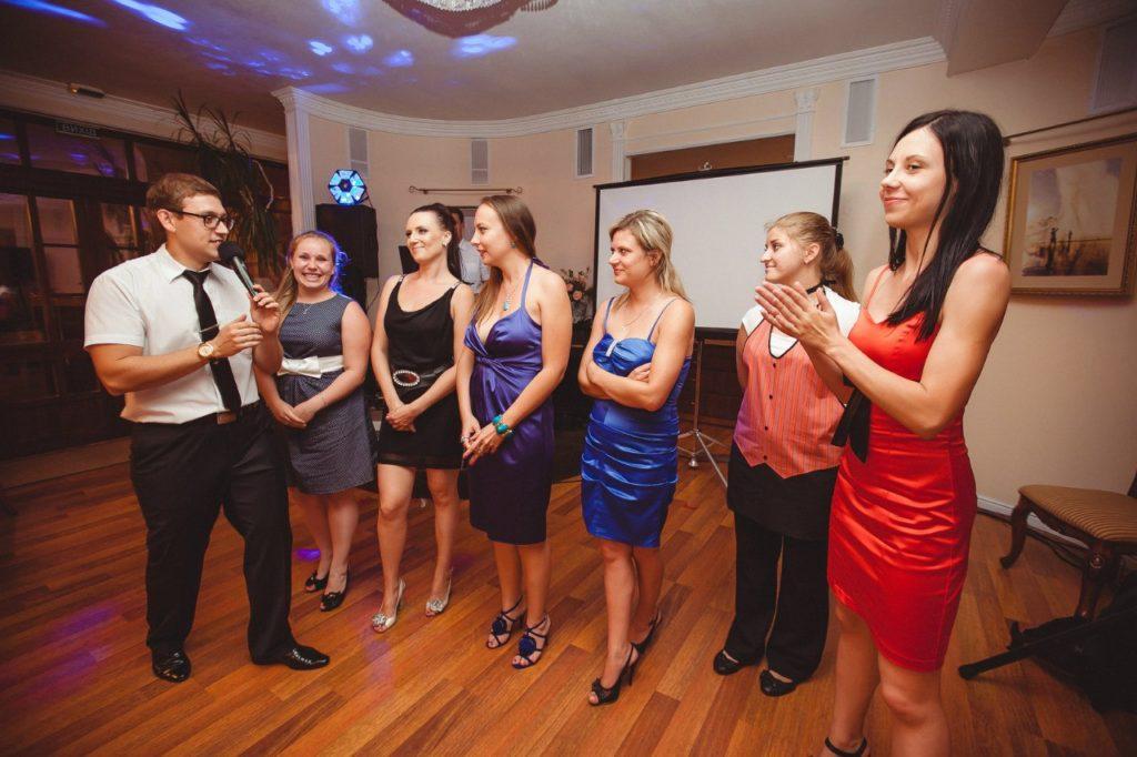 Веселый ведущий на свадебный банкет